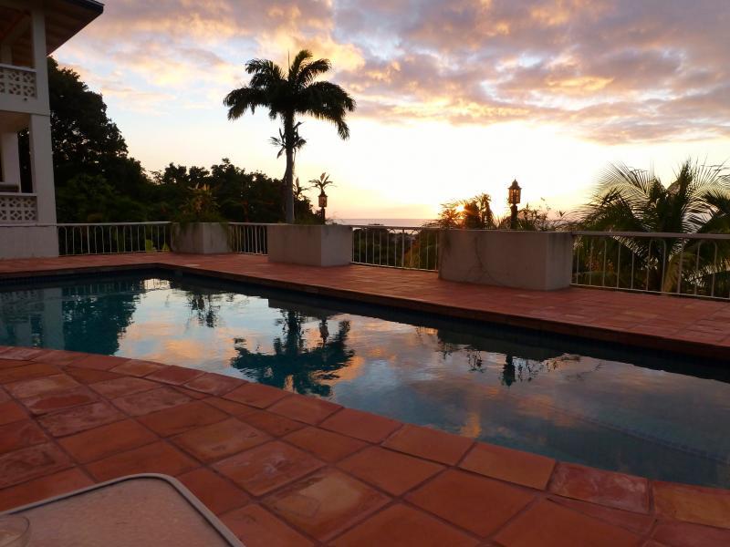 a piscina ao pôr do sol