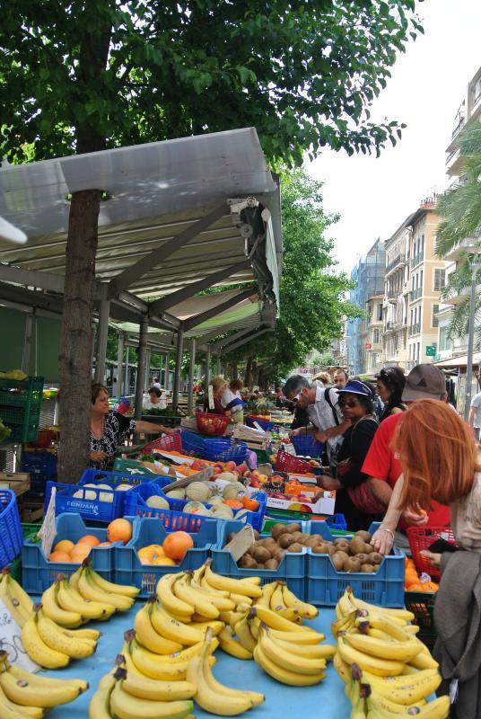 Mercato di frutta e verdura + fiori