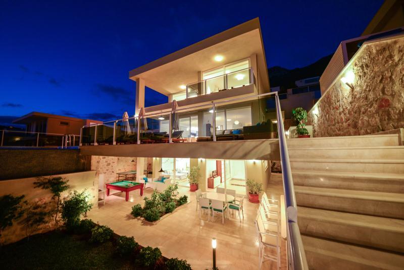 Luxury Villa Sea Breeze Kalkan, Infinity Pool, Jacuzzi & Sea Views + Daily Maid, aluguéis de temporada em Kalkan
