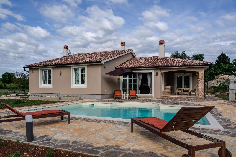 holiday home with private pool Croatia istria, casa vacanza a Marcana