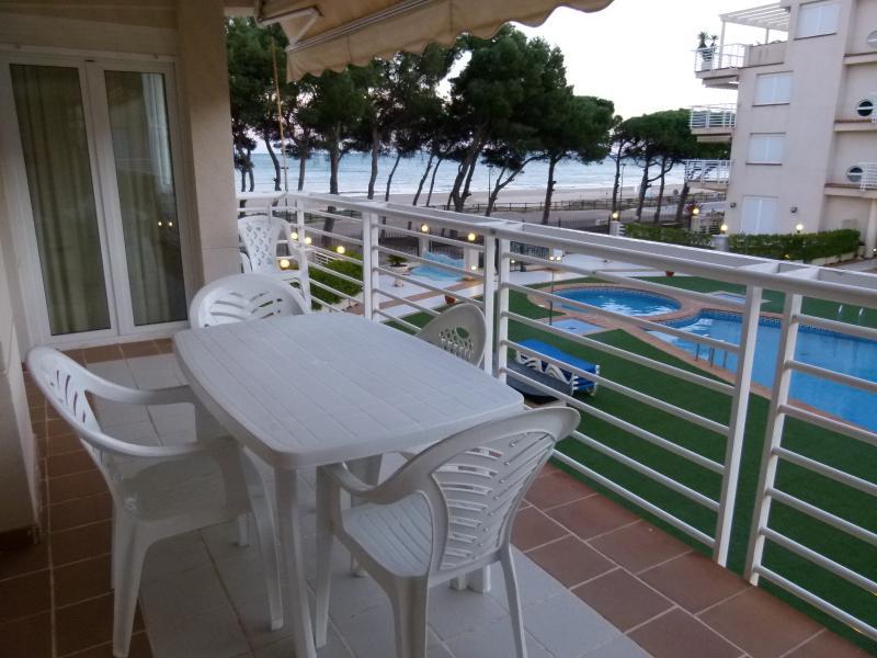 terraza vistas a piscina y playa