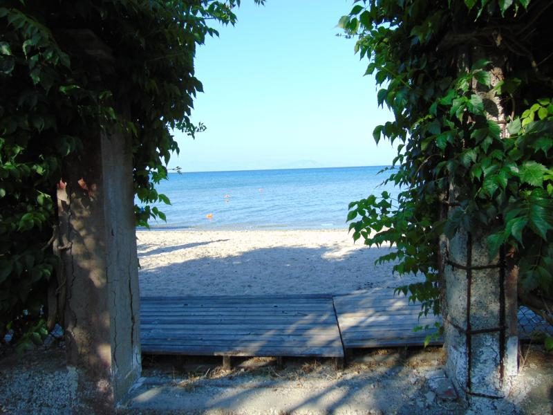 Beach front, central location, apartment for 4-5 people, aluguéis de temporada em Moraitika