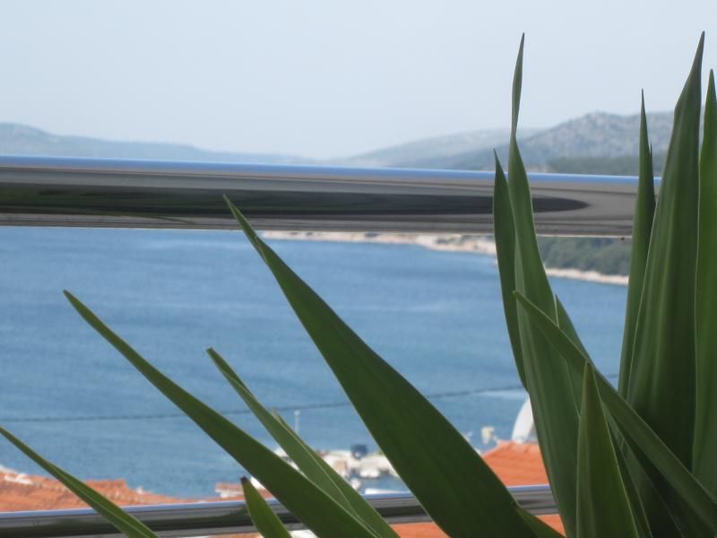 Comfort and Lovely sea-view 3-bedroom app, Ferienwohnung in Seget Vranjica