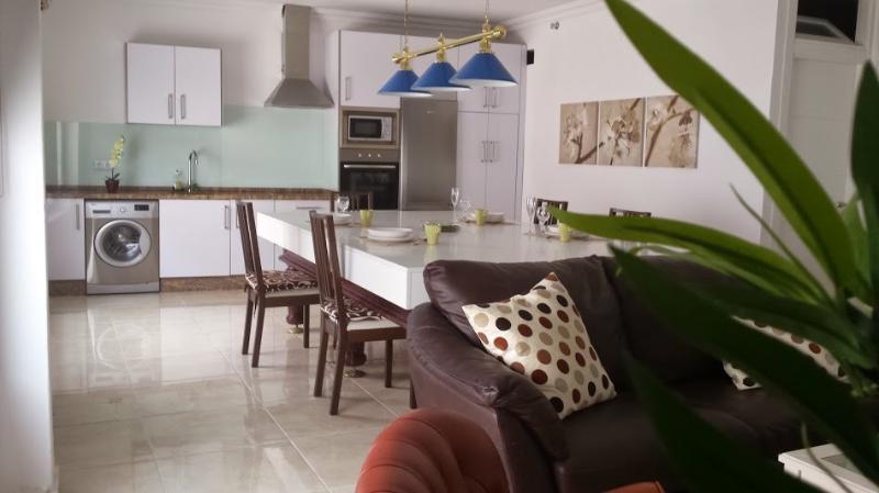 Nuevo y céntrico, 5 minutos de la playa, 2 baños RTA: VFT/CA/00160, holiday rental in Tarifa