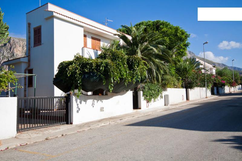 Holidays Villa at 400mt from the beach, location de vacances à Zarbo di Mare