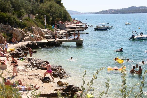 Praia e mar para jovens e idosos