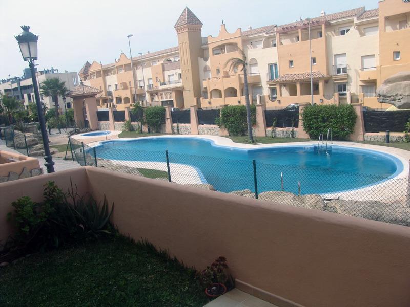 Apartamento pl. baja  a 2 min de playa  amplio porche, piscina,  parking y wifi, holiday rental in Tarifa