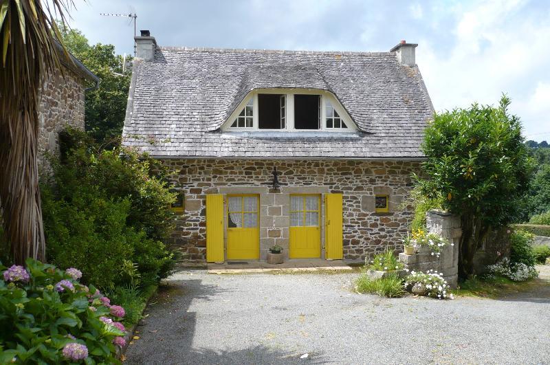 Facade Est (Porte entrée à gauche, à droite: porte fenêtre)