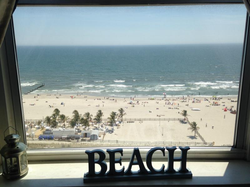 Geweldig uitzicht op de oceaan recht uit uw woonkamer raam.