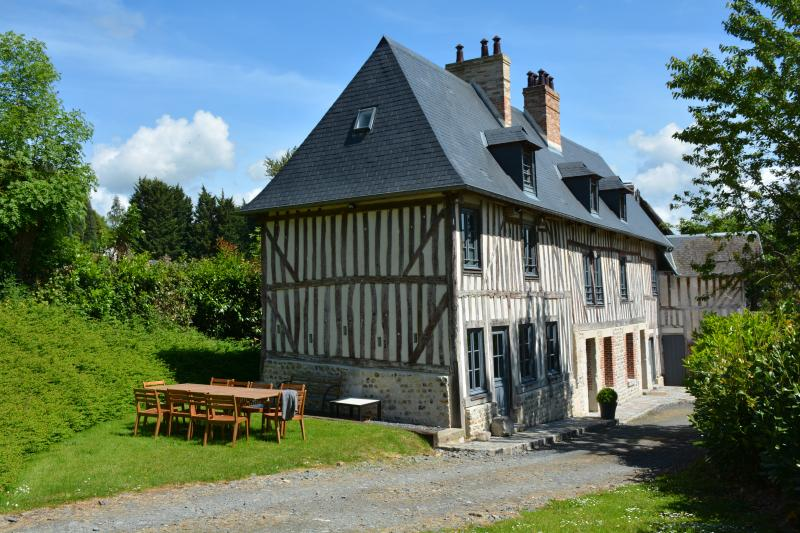 La Ferme: comfortable house for 10. Ideal with children, only 10mn walk from Honfleur port & centre