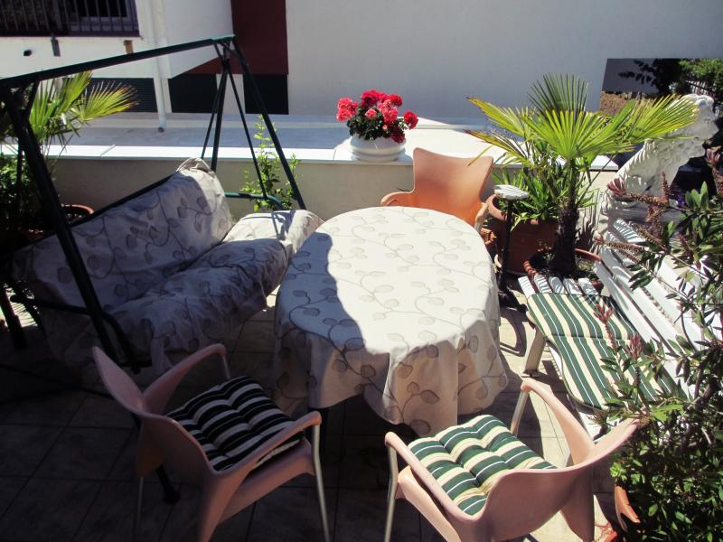 Large Terrace 30 m2 only for you with furniture, sun shade, plants...