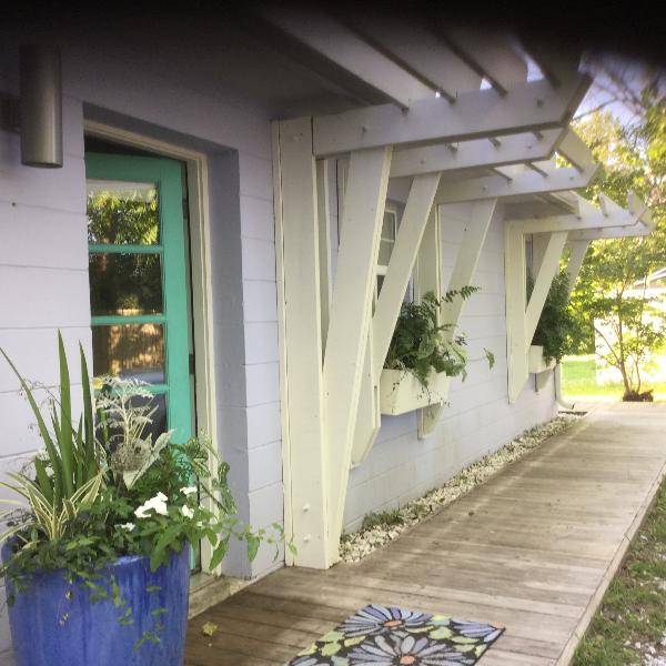 LOVELY quiet private setting..your own cottage tucked away in Panama City
