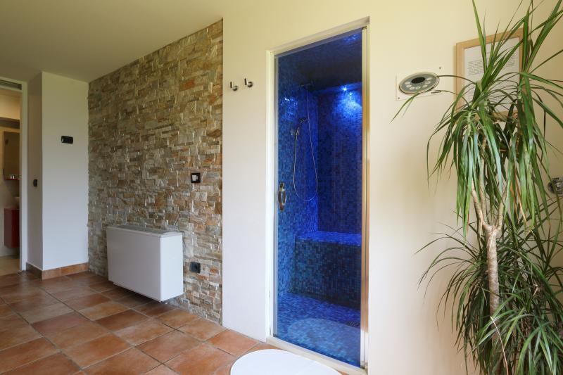 Bed & Wellness Fisterre - Blue Room, holiday rental in Limana