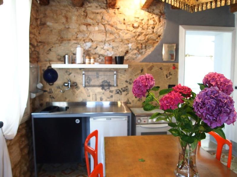Castel Manduca Garden - Casa d'epoca con giardino, holiday rental in Zane