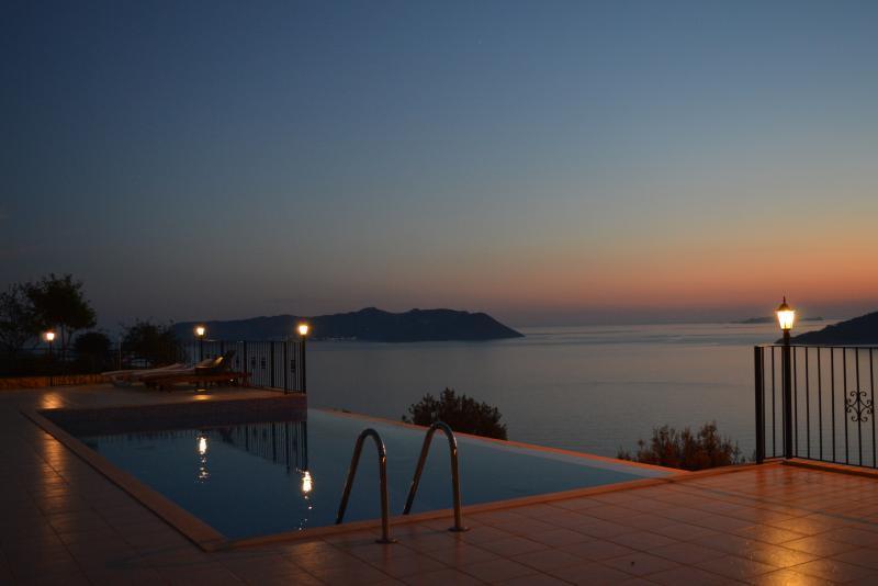 Sol está situado na beira da piscina.