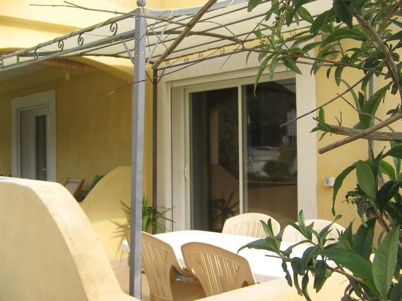 terrasse avec salon de jardin et barbecue à gaz