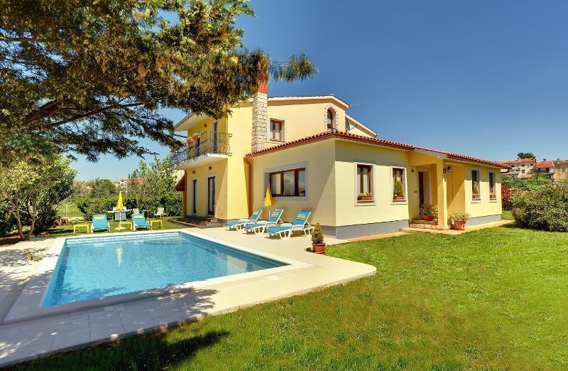 Incantevole villa con piscina privata su 3000m2, location de vacances à Vodnjan