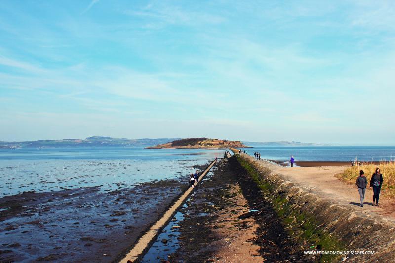 A praia e a ilha em Cramond. Andar a leste ou a oeste ao longo da costa