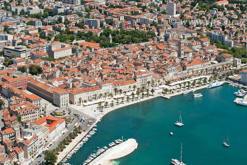 Ici vous pouvez voir mon balcon avec une vue sur la cathédrale de Saint Duje et la mer.