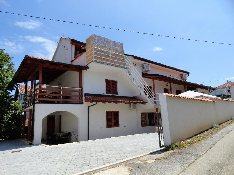 Davor - with parking; A8(6) - Zdrelac, holiday rental in Zdrelac