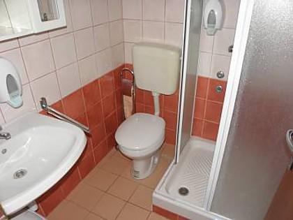 R7 (4): bagno con wc