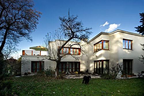 A vista da Villa do seu jardim. Todas as janelas no piso superior pertence ao apartamento.