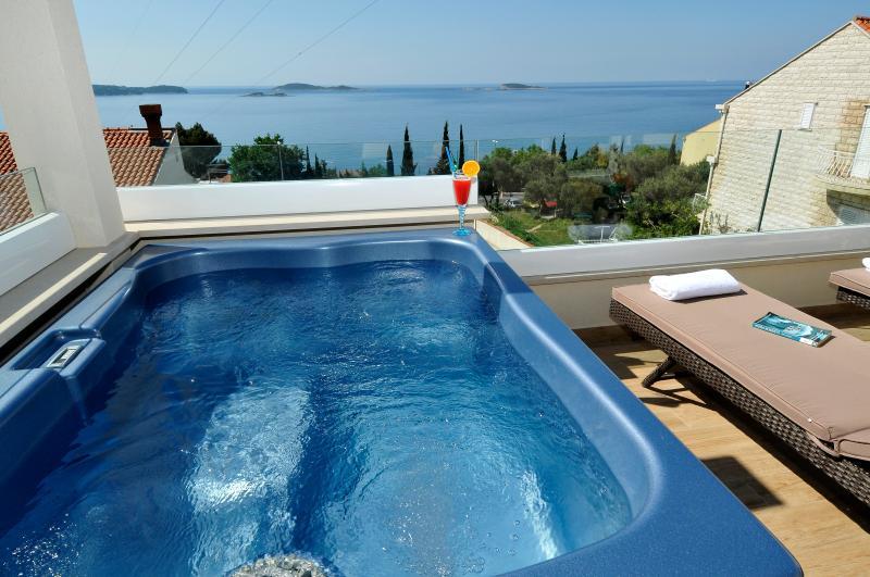 Villa Casa Milolaza-appartement Kristina jacuzzi avec vue sur la baie de zupa.