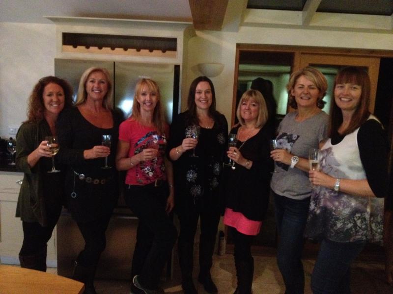 Las girls disfrutando de una copa o dos de fizz