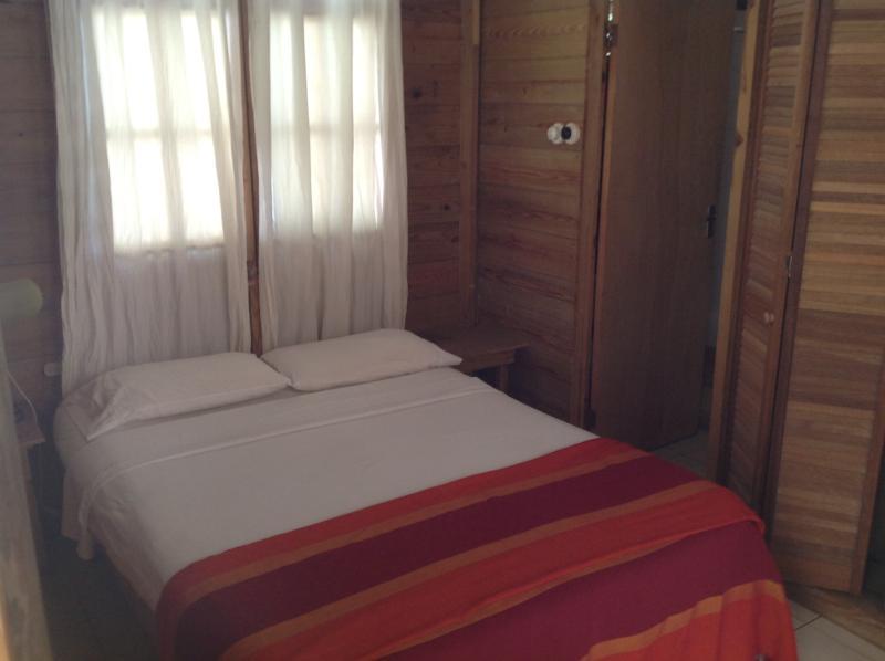 lit double en direction de la salle de bain