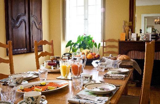 Se incluye un desayuno buffet de productos locales y regionales