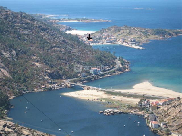 Vista desde el Mirador de Ezaro. Señalado el puerto y el ático