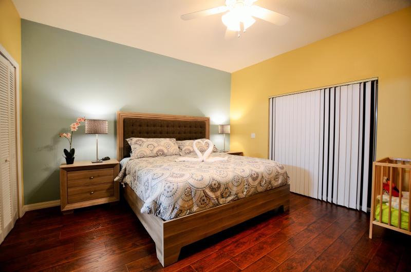 Grote slaapkamer met king bed en binnenkant