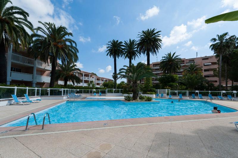 Elegante appartamento vista mare,piscina,tennis, vacation rental in Golfe-Juan Vallauris