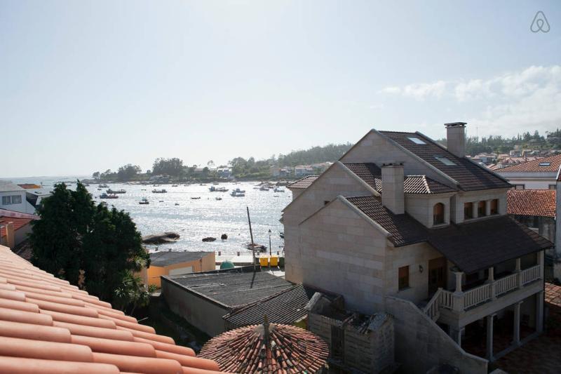 Dúplex de 2 baños y 3 habitaciones, en el centro de Isla de Arousa, con vistas, holiday rental in Illa de Arousa