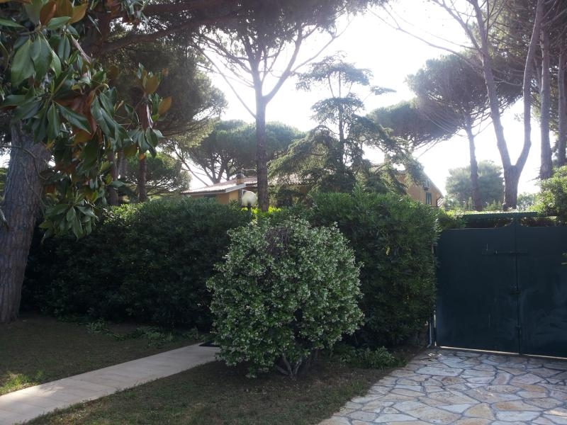 L'ingresso al giardino. A destra due posti auto. Ma ce n'è sempre anche uno all'esterno.