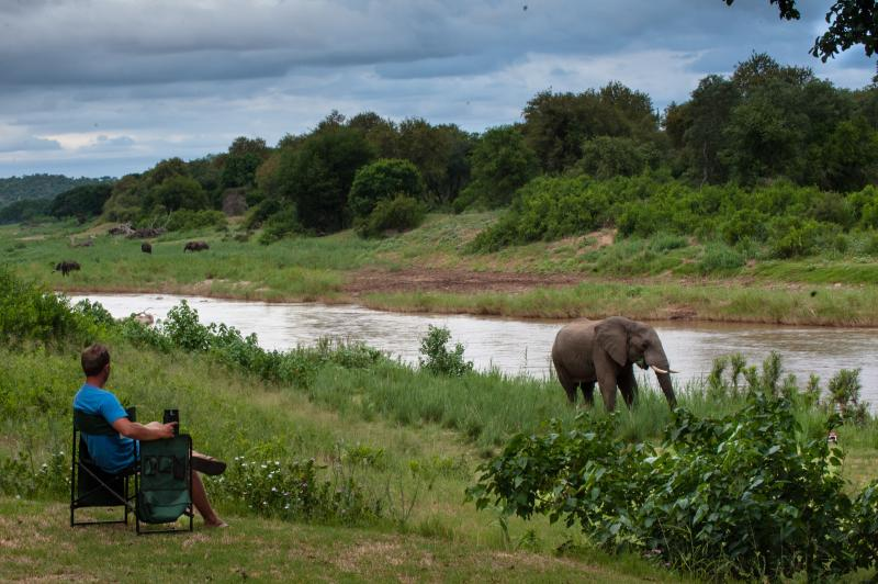 Boire un coucher de soleil sur nos pelouses tout en regardant les éléphants descends et boire,