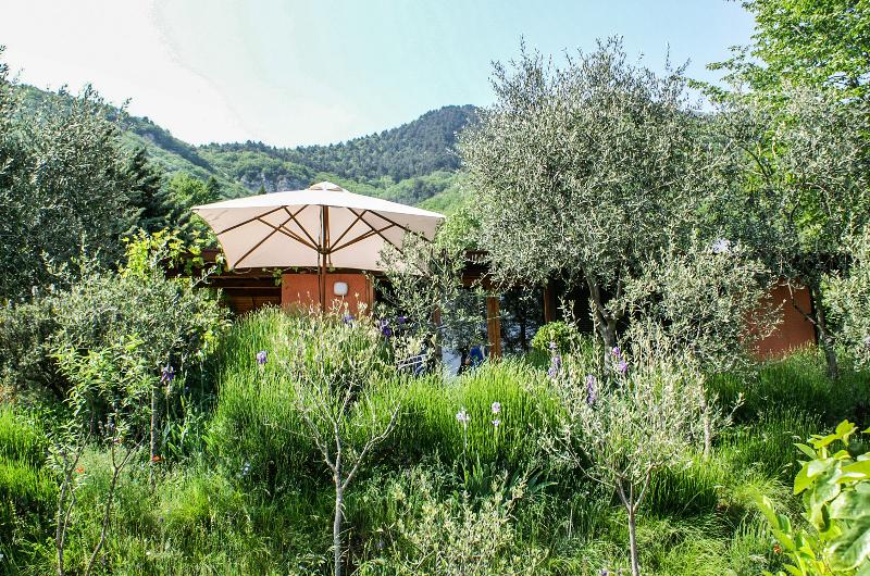 Nice bungalow with shared pool, alquiler vacacional en Tignale