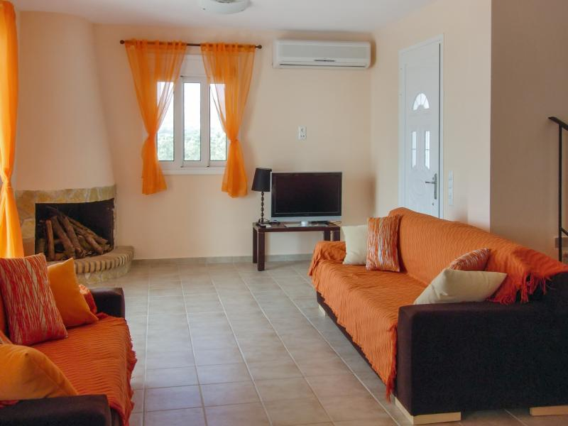 Spacious villa with swimming-pool, holiday rental in Kounopetra