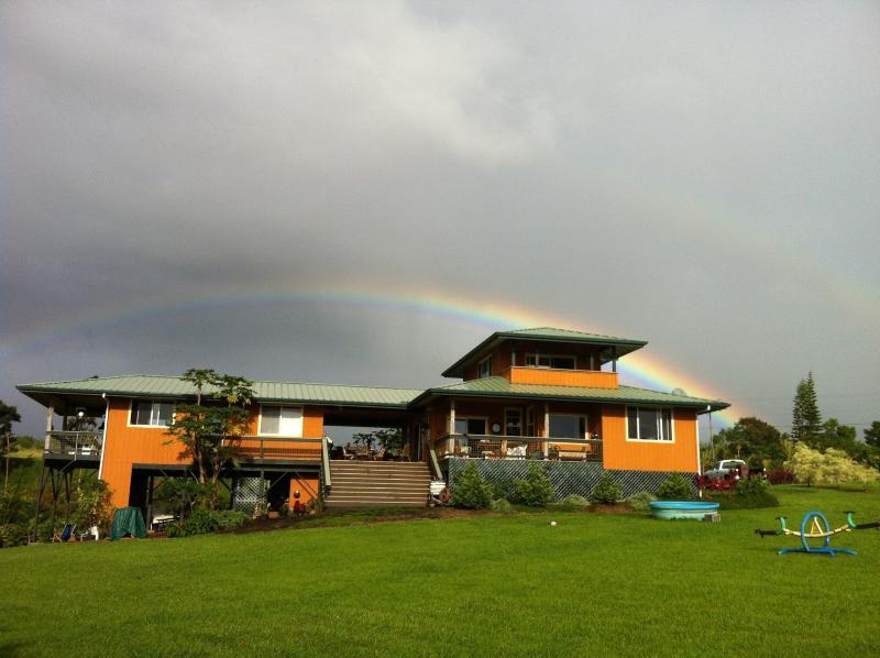 ~Flower Hill Hawaii~balcony view~private river~, alquiler de vacaciones en Pepeekeo