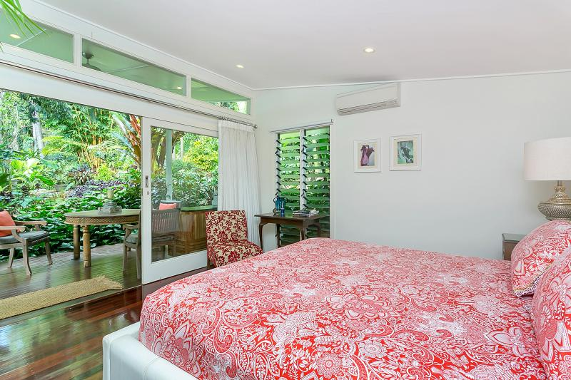 Kingsize bed with a view into the Tropical Gardens
