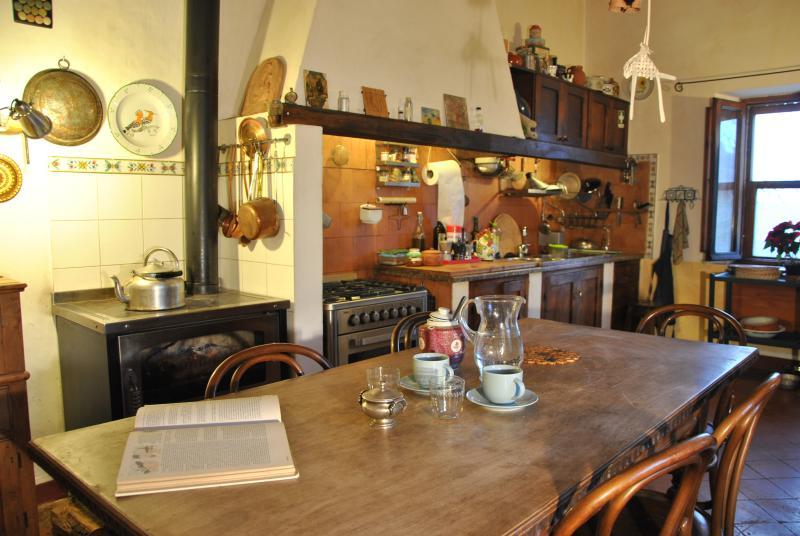 La cucina ampia e ben organizzata è perfetta per passare il tempo assieme.