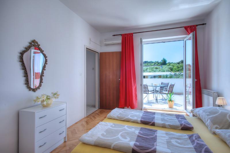 Apaartment in Jezera, Murter, near beach,max 2 pax, aluguéis de temporada em Jezera