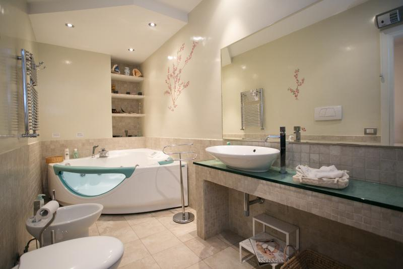 Bathroom with Jacuzzi De Luxe double room.