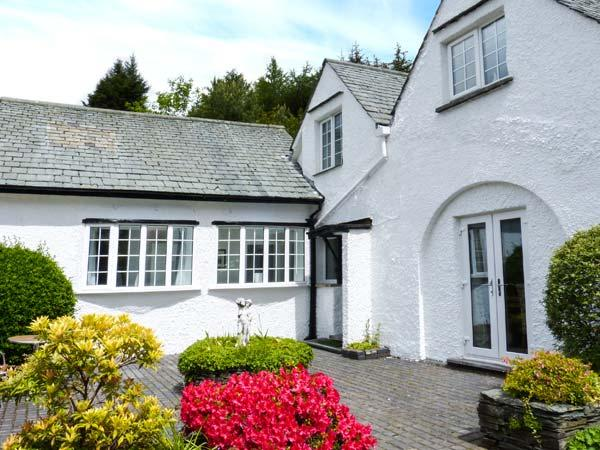 THE NOOK, link-attached cottage, WiFi, woodburner, flexible zip/link beds, holiday rental in Bowness-on-Windermere