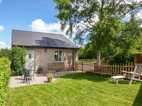 THE LODGE, LOWER TREFEDW, detached, ground floor, romantic retreat, WiFi, on, holiday rental in Llangattock Lingoed