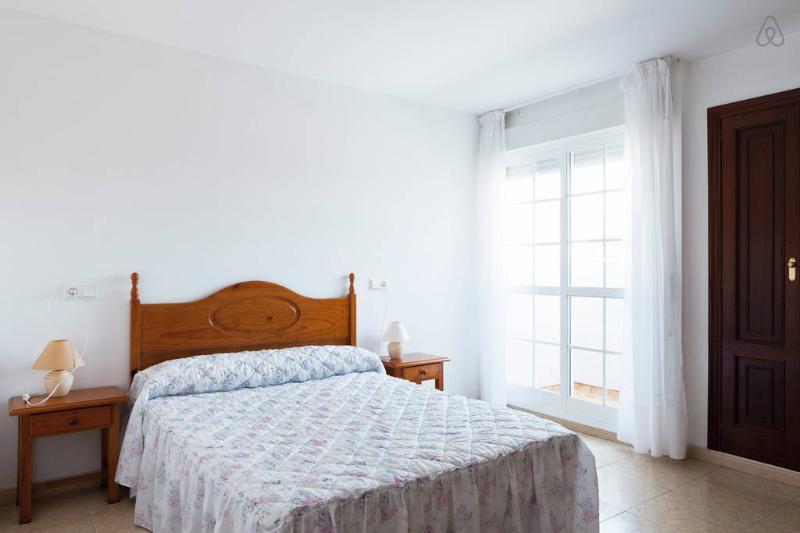 Amplio apartamento para 5 personas, 3 habitaciones, baño y aseo, en el centro, holiday rental in Illa de Arousa