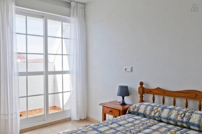 Apartamento de 3 habitaciones, 1 baño y 1 aseo, para 5, dúplex Illa de Arousa, holiday rental in Illa de Arousa