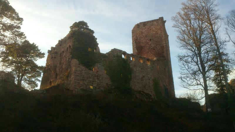 L'un des nombreux châteaux des environs (1h a pied environ du gîte)