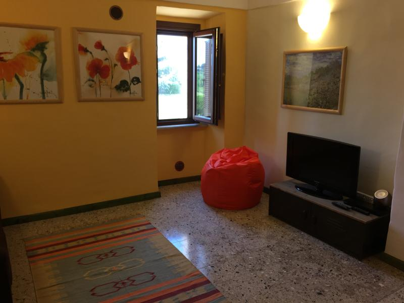 Salone con divano letto e televisore