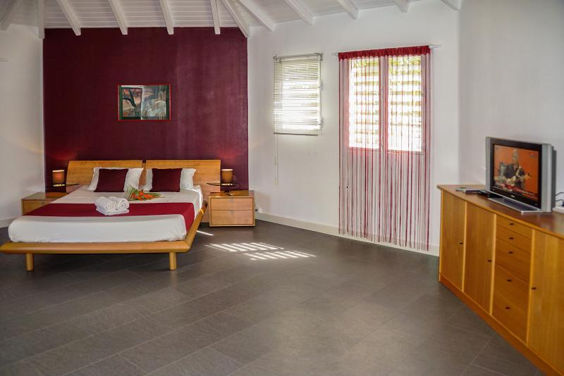 Room no. 1: 1 bed 160 x 190, 2 bedside tables, 1 Cabinet bottom, TV, 1 closet, 1 chest, mirror, wall...
